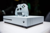 Xbox One S u� prich�dza hr��om
