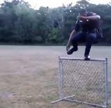 Policajt ukazuje možnosti preskočenia plotu